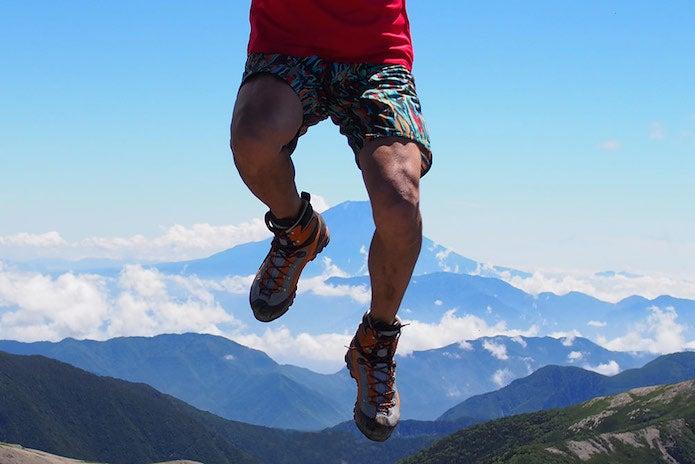 登山靴の正しい選び方をしてハイカットの靴を履く人