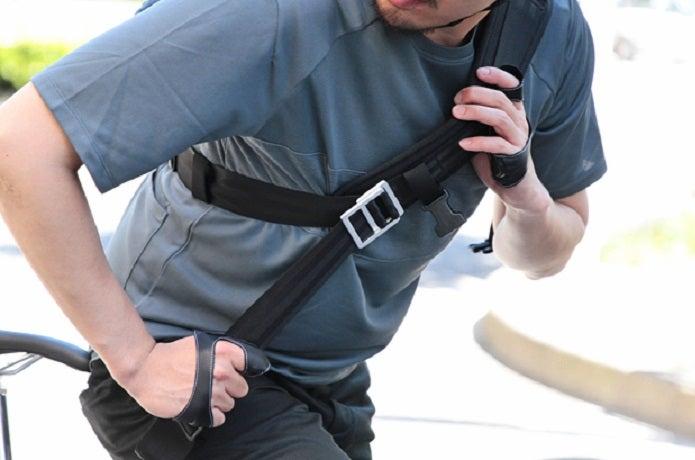 メッセンジャーバッグの防水ものを肩からかける人