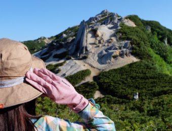 フォックスファイヤー製品を着て登山する女性