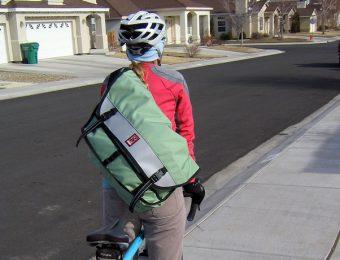 メッセンジャーバッグの防水ものをもって自転車に乗る