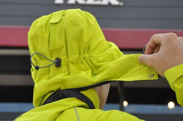 レインジャケットのフードを持つ男性