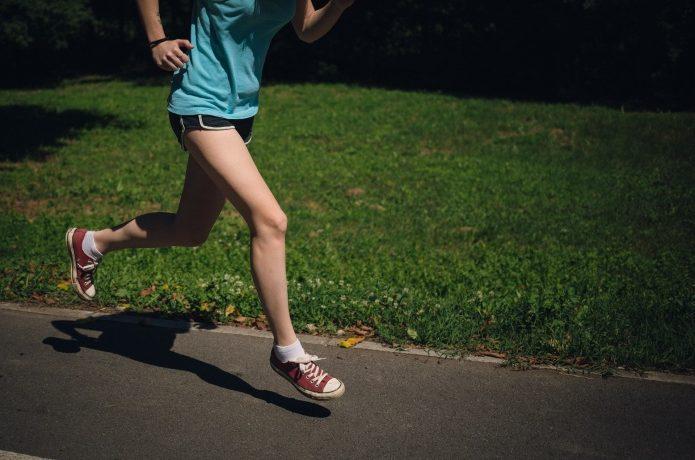 スポーツインナーを着て走る人