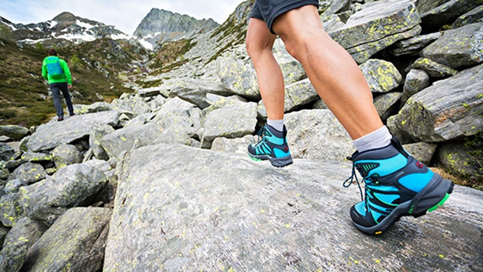 マムートの登山靴(水色)を履いて山を登る