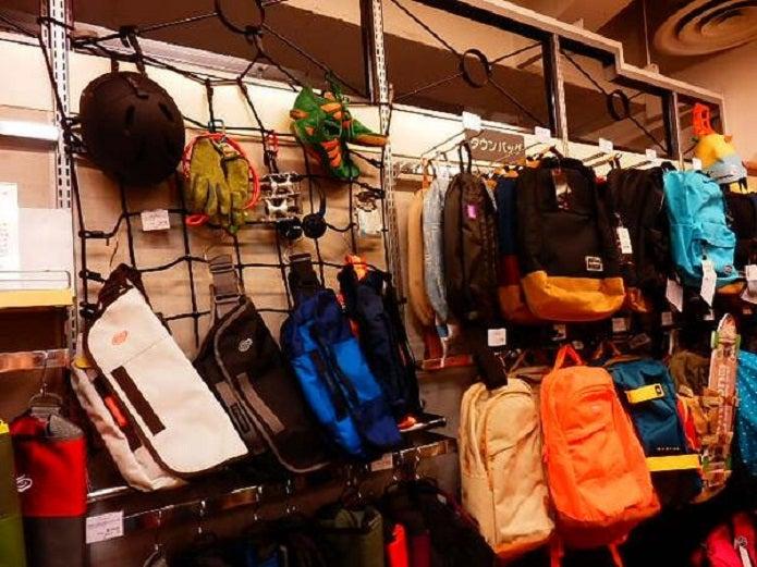 メッセンジャーバッグの防水ものが店頭に並ぶ