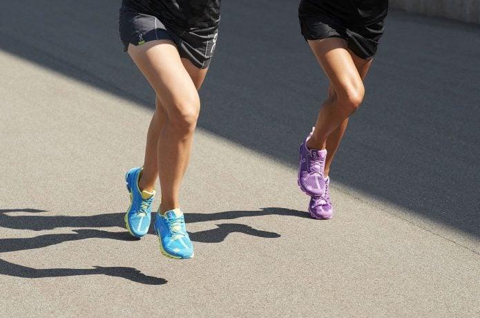Onのランニングシューズを履いて走る2人