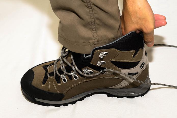 登山靴の選び方で試し履きをする段階