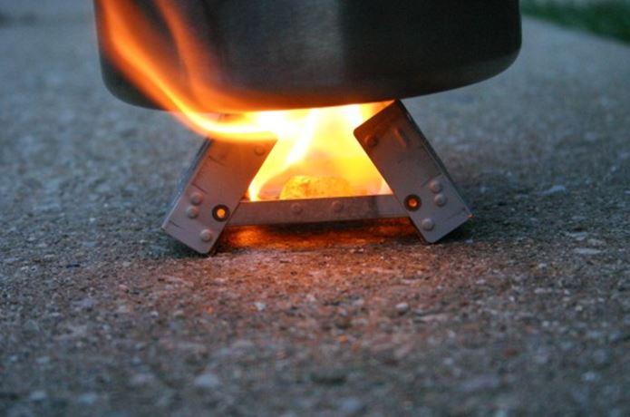 エスビットのポケットストーブで火をつける