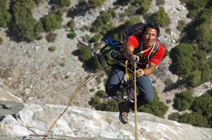 岩壁を登るジミー・チン