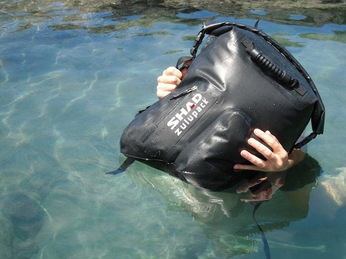 メッセンジャーバッグの防水ものが水に浮く
