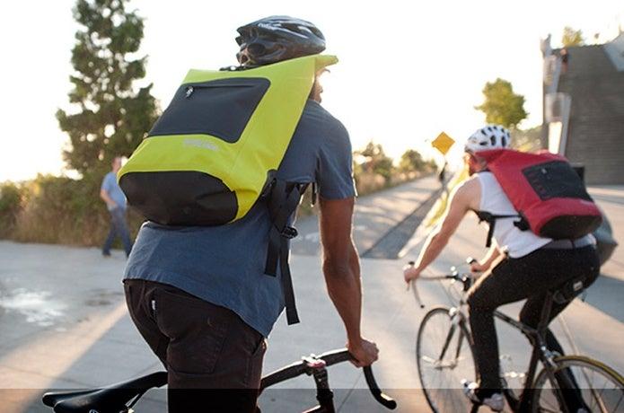 防水バッグを背負ったカップル