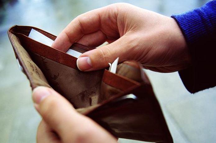 お財布からお金をだしてツーリングテントを買う