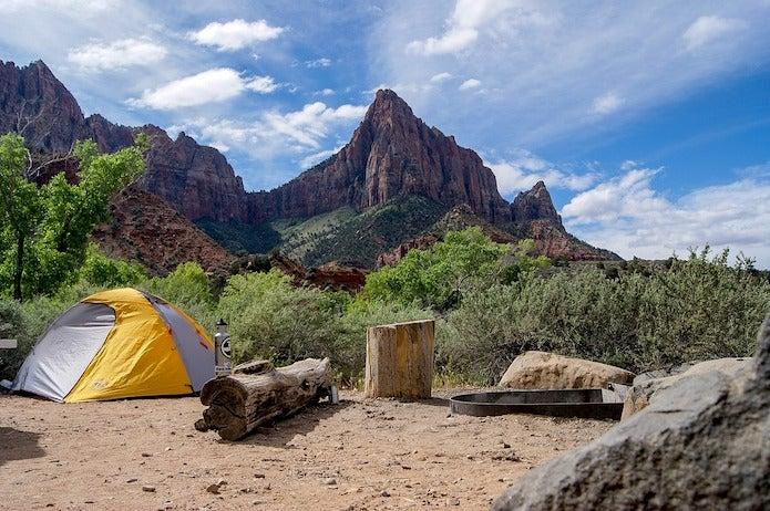 山の中にたたずむテント