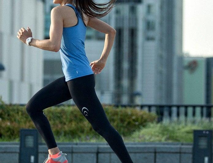 コンプレッションインナーを履いて走る女性