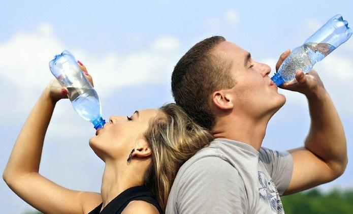 経口補水液を飲む人