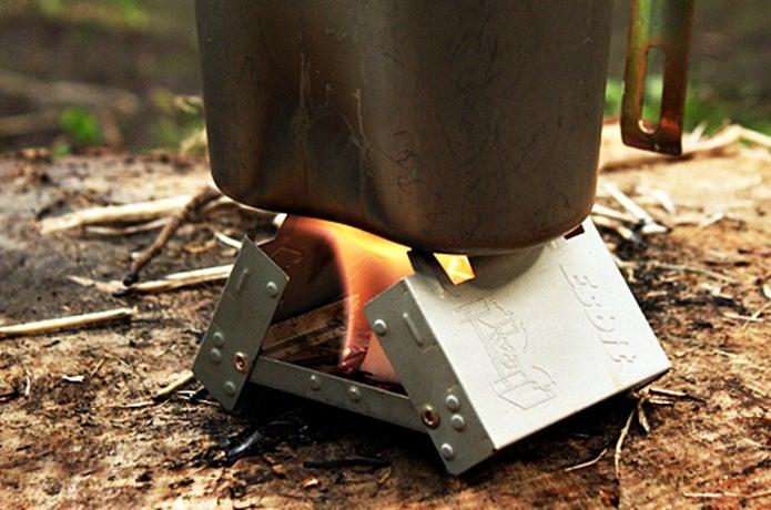 飯盒をエスビットのポケットストーブで加熱する