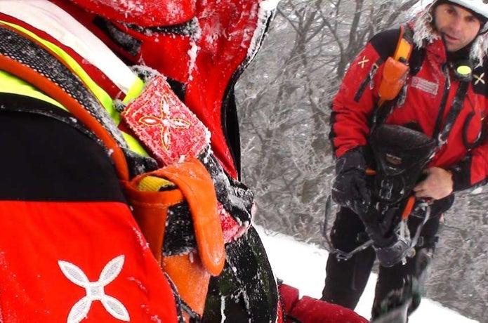 雪の中、モンチュラのウェアを着た人たち