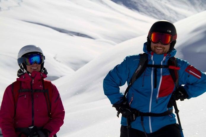 ピークパフォーマンスのウェアを着たスキーヤー