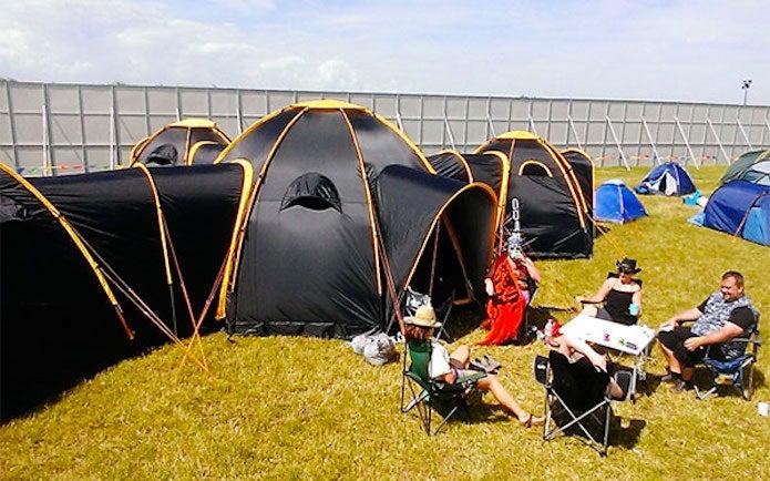繋げられる大きなテント