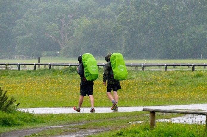 レインカバーをつけて歩く二人