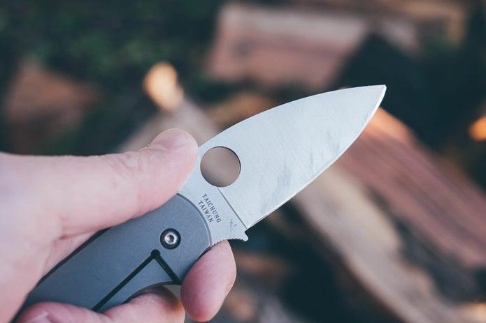 スパイダルコのナイフの穴
