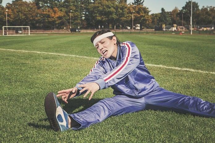 スポーツレギンスを履いてストレッチする女性
