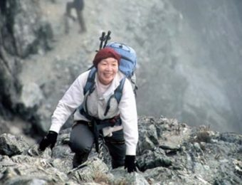 山に登る田部井淳子さん