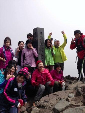 高校生と富士山に登頂する田部井淳子さん