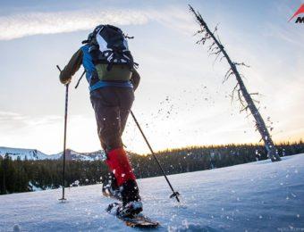 MSRのスノーシューを履いてハイキングする人