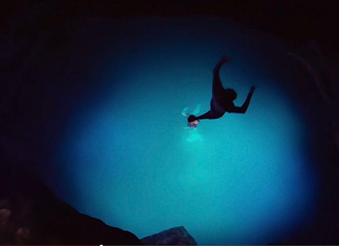127時間、水中へ飛び込むシーン