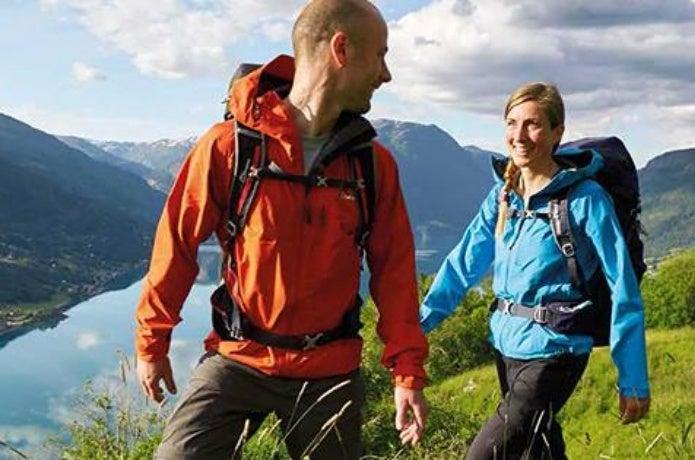 バーグハウスのウェアを着て山を歩く人たち