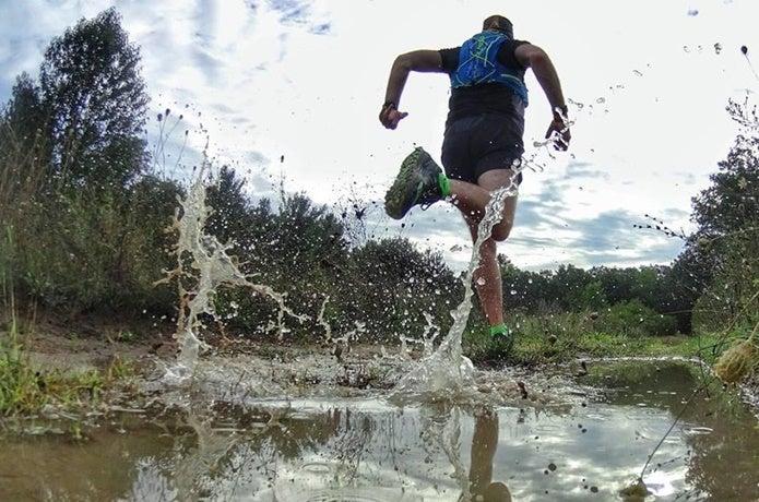 ネイサンの製品を着て走る男性