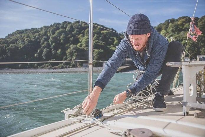フロッグマンをつけて船に乗る男性