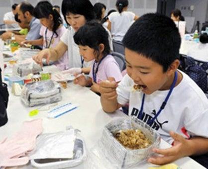 非常食を食べる子供