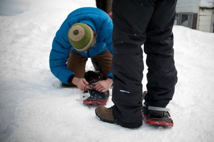 MSRのスノーシューの履き方を教える人