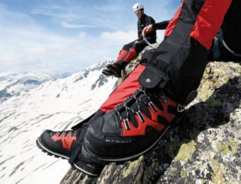 赤と黒のマムートの登山靴