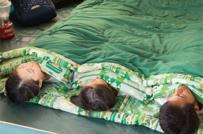 コールマンの寝袋で寝る子供