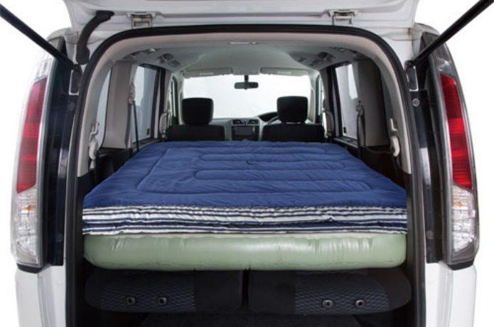コールマンの寝袋を敷いた車