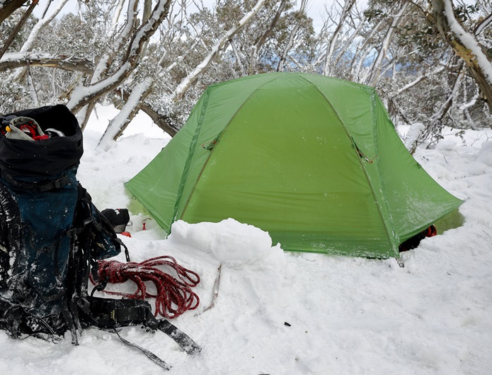 雪の中の山岳テント