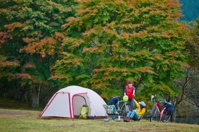 小川テントでキャンプをする人