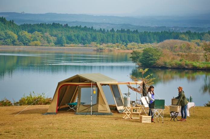 湖のあたりに小川テントを張る人