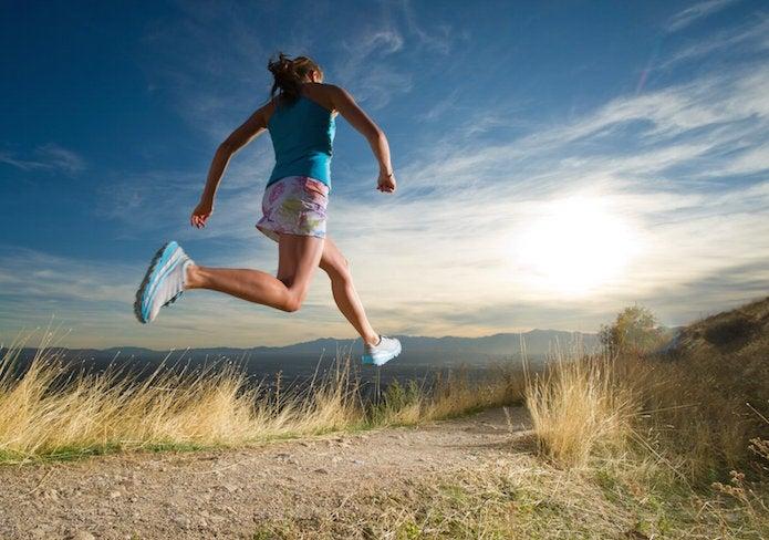 ホカオネオネのシューズを履いて走る女性