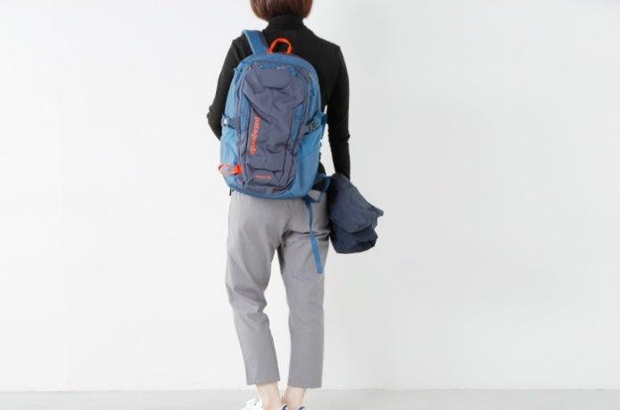 パタゴニアのバックパックを背負った女性