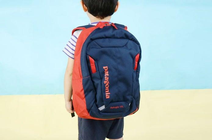 パタゴニアのバックパックを背負った子供