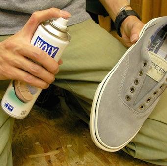 靴に防水スプレーをかける
