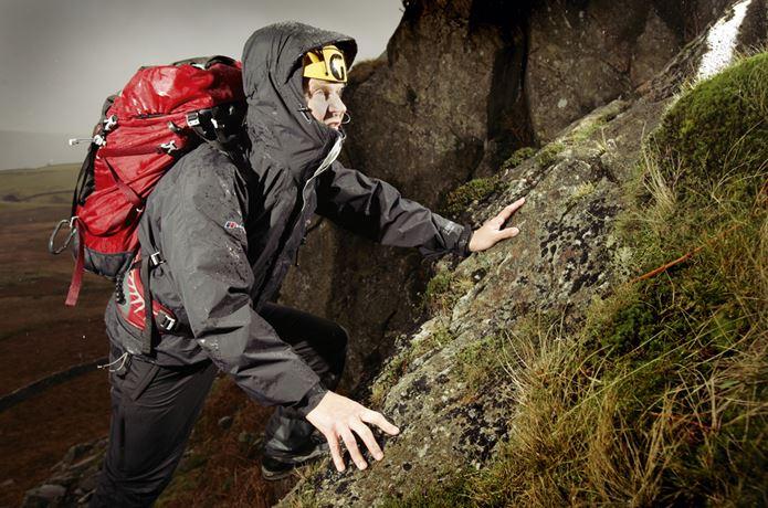 バーグハウスの製品を身に着けて岩を登る男性