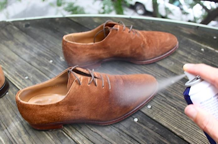 スエード生地の靴にアメダスの防水スプレーをする