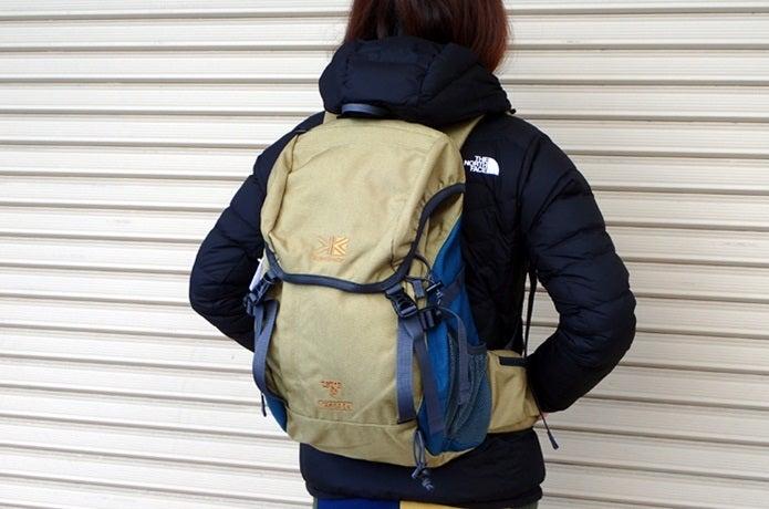 カリマーのバックパックを背負っている女性