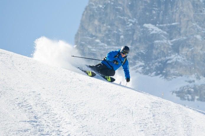 サロモンの製品を身に着けるスキーヤー