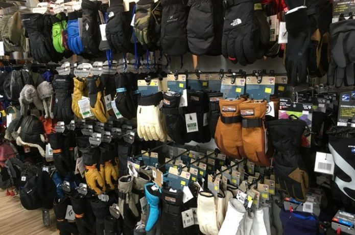 様々な手袋が並ぶ売り場