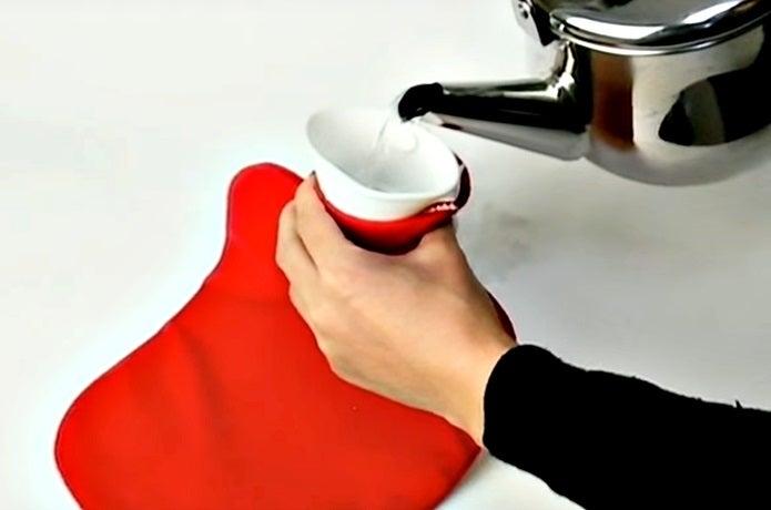 ファシーの湯たんぽにお湯を入れる